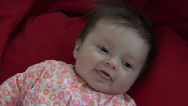 usmívající se dítě ležet v posteli