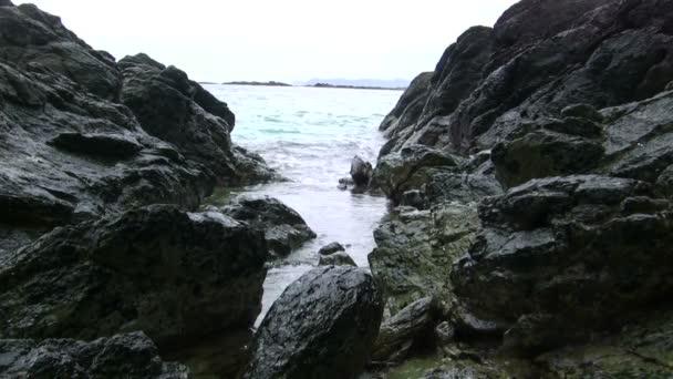 Einen Ansturm von Wasser zwischen dem felsigen Ufer