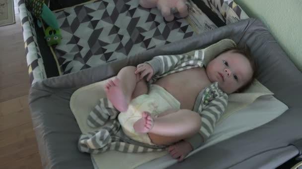 Dítě na přebalovací stůl