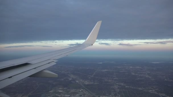 Letadlo letí v oblacích