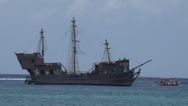 Pirátská loď kotví v přístavu