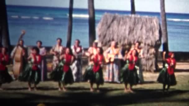 hawaiianische Hula-Tänzer treten für die Touristen auf