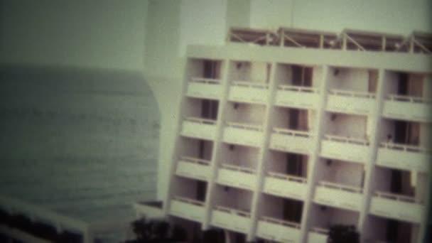 Luxuriöses 80er Jahre Strandhotel