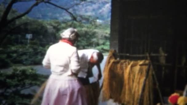 Frau probiert hawaiianische Hula-Tänzerin an
