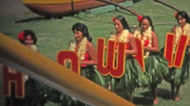 Hula-Tänzer tanzen mit Hawaii-Zeichen