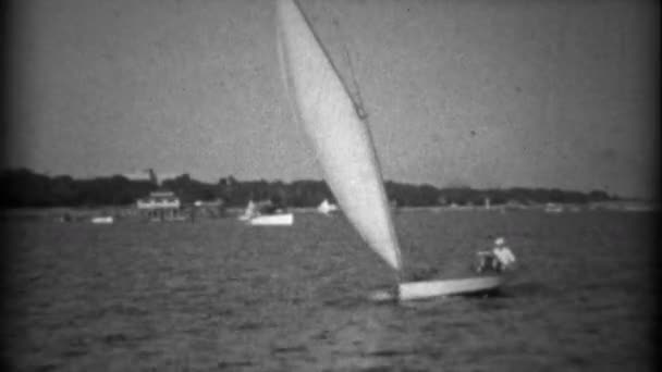 plachetnice s cestující přes zátoku vody