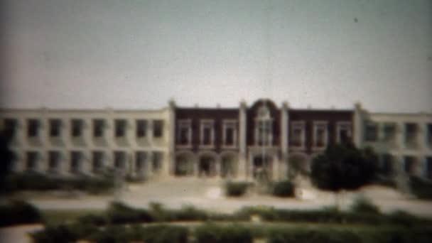 Az épület impozáns kormány uralja a helyi