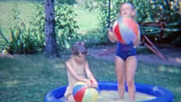 holky v malé zahradě bazén