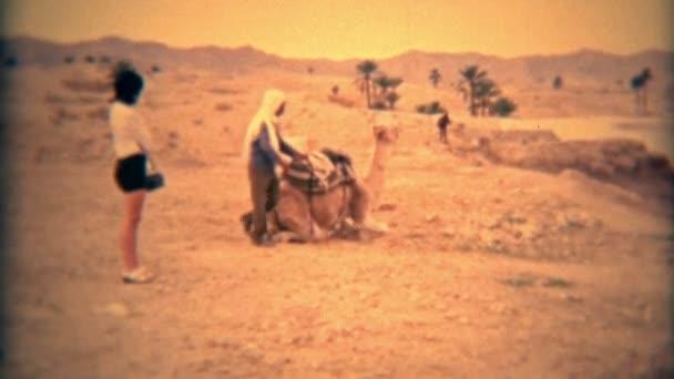 žena na koni velbloud pod vedením nativní průvodce