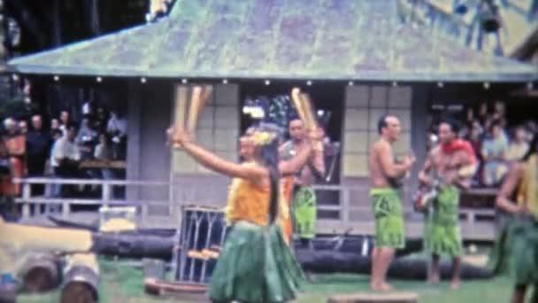 hawaiianische Hula-Tänzerin zeigt herausragende Stickarbeit