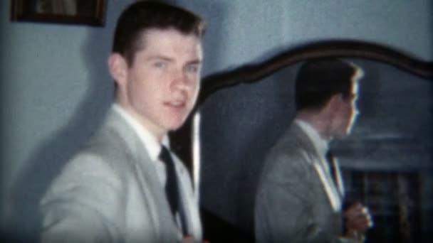 Pohledný muž před zrcadlem