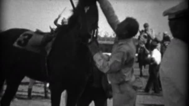 Pferderennen-Jockey hebt die Bereitstellung nach dem Rennen