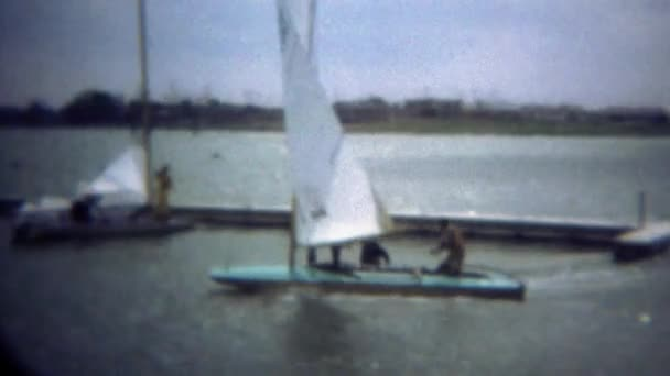 Vitorlás hajó mólótól dokkoló szeles körülmények között