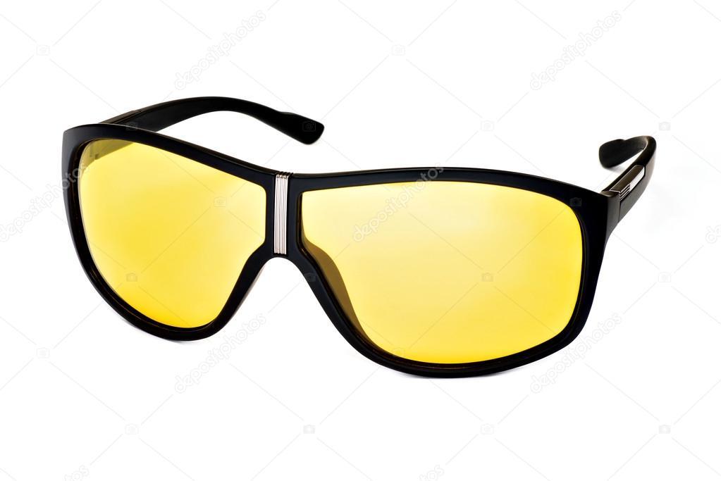 Elegante moda gafas de sol con lentes amarillas sobre un fondo blanco —  Foto de absurdov 1ca2ab2beae9
