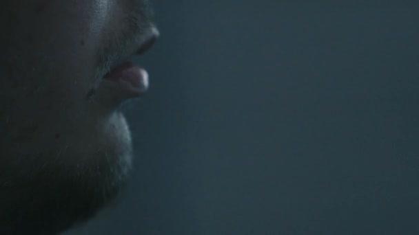 Extreme Nahaufnahme eines Mannes Mund