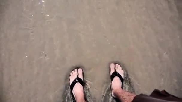 nohy na pláži a pokryta vodou