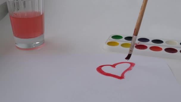 das Herz auf ein Blatt Papier zeichnen. rotes Herz. Valentinstag. 14. Februar