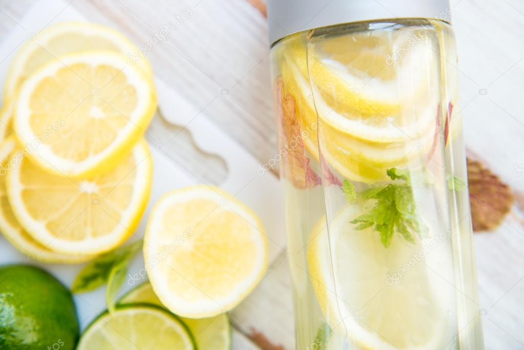 Apr 29,  · Lemon: Lemon water makes for a powerful detox drink; lemon juice helps to cleanse and alkalize the body. Add one thinly sliced lemon to a large pitcher, or squeeze fresh lemon Home Country: US.
