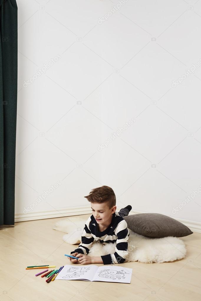 niño en casa con colorante — Foto de stock © sanneberg #103922236