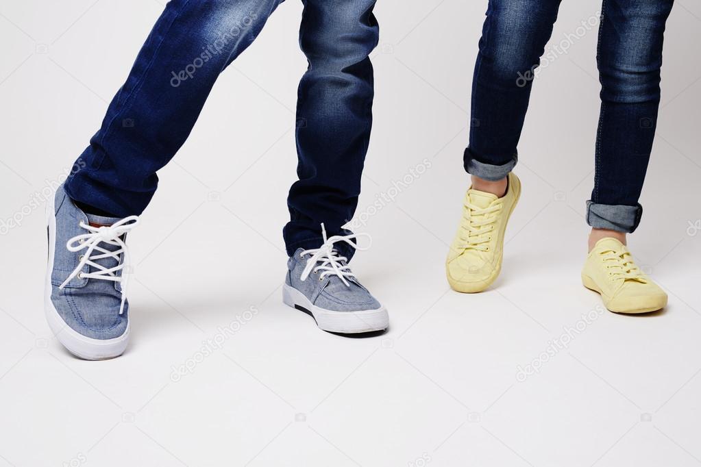 891d5a6c525 Αγόρι και κορίτσι στο δροσερό πάνινα παπούτσια στο στούντιο — Εικόνα από ...