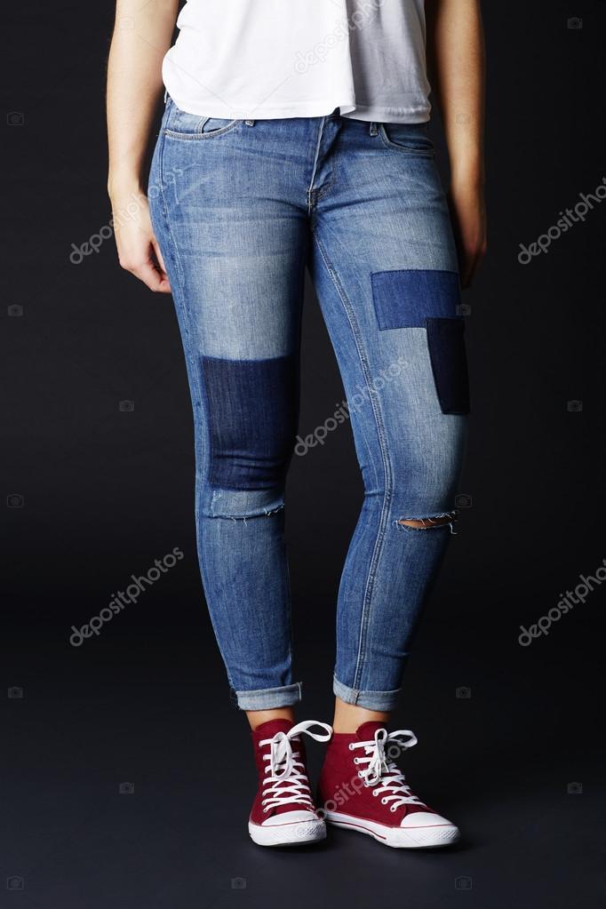 498fb0f041292 Cool mujer en vaqueros y zapatillas de deporte rojo - chicas con piernas  separadas — Foto de ...