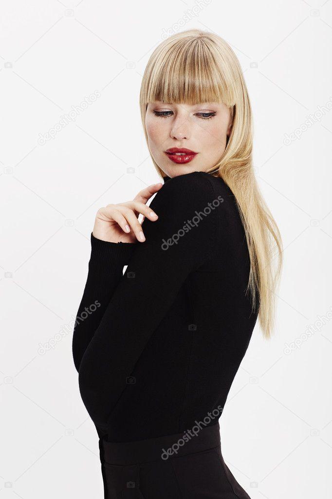 Молодая блондинка в чёрном