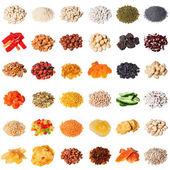 Nagy gyűjtemény a különböző fűszerek, fűszernövények, dió, aszalt gyümölcsök, bab, bogyók, elszigetelt fehér background.