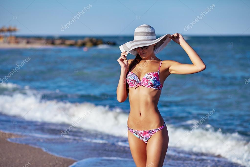 Sexy krásná žena v barevné plavky a klobouk na pobřeží moře. Exotické země  cestovat a zbytek koncepce — Fotografie od ... f8ba1d01aa