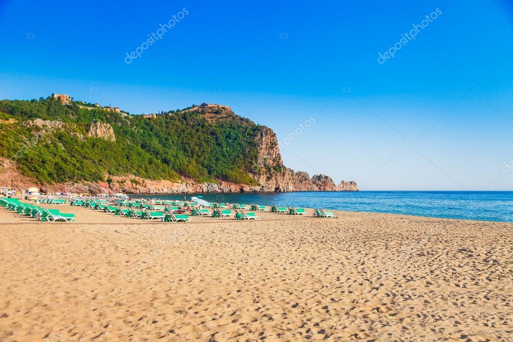 Relativ Kleopatra-Strand mit schönen Sand und grüne Felsen in Halbinsel  YH58
