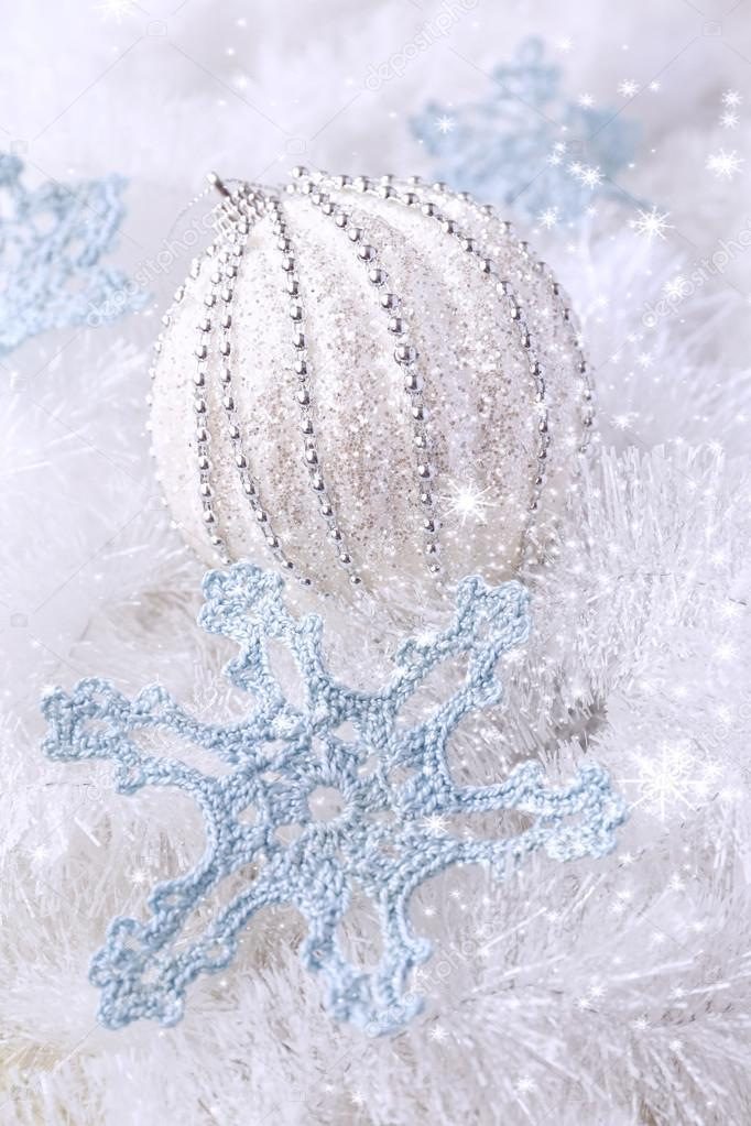 Gehäkelte Schneeflocken und große Weihnachtskugel — Stockfoto ...