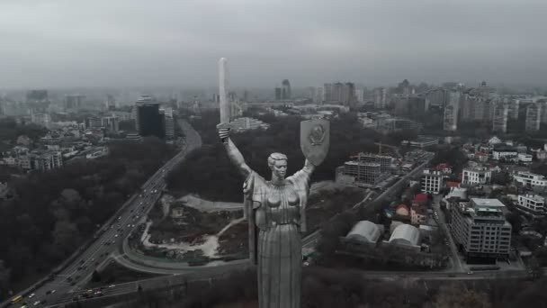 Das Mutterland-Denkmal ist eine monumentale Statue in Kiew, der Hauptstadt der Ukraine.
