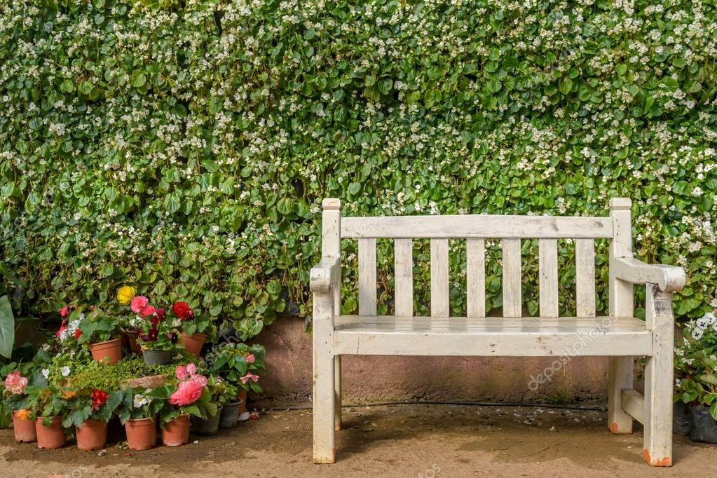 Banc blanc en fleurs de jardin au public jardin, province de ...