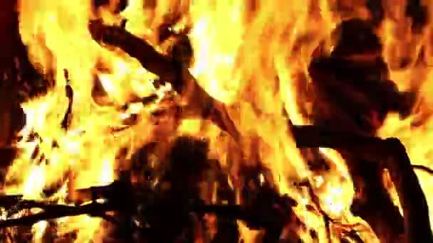 Feuer brennt mit Flammen