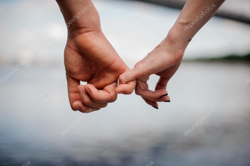 imágenes cogidos de las manos feliz pareja cogidos de la mano
