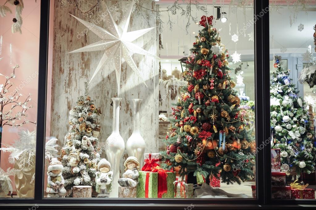 Caixas de presente, doces e decoraç u00e3o de Natal em vitrine u2014 Fotografias de Stock u00a9 Fesenko #91959226 -> Decoração De Natal Vitrine Loja