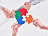 Photo business people assembling jigsaw