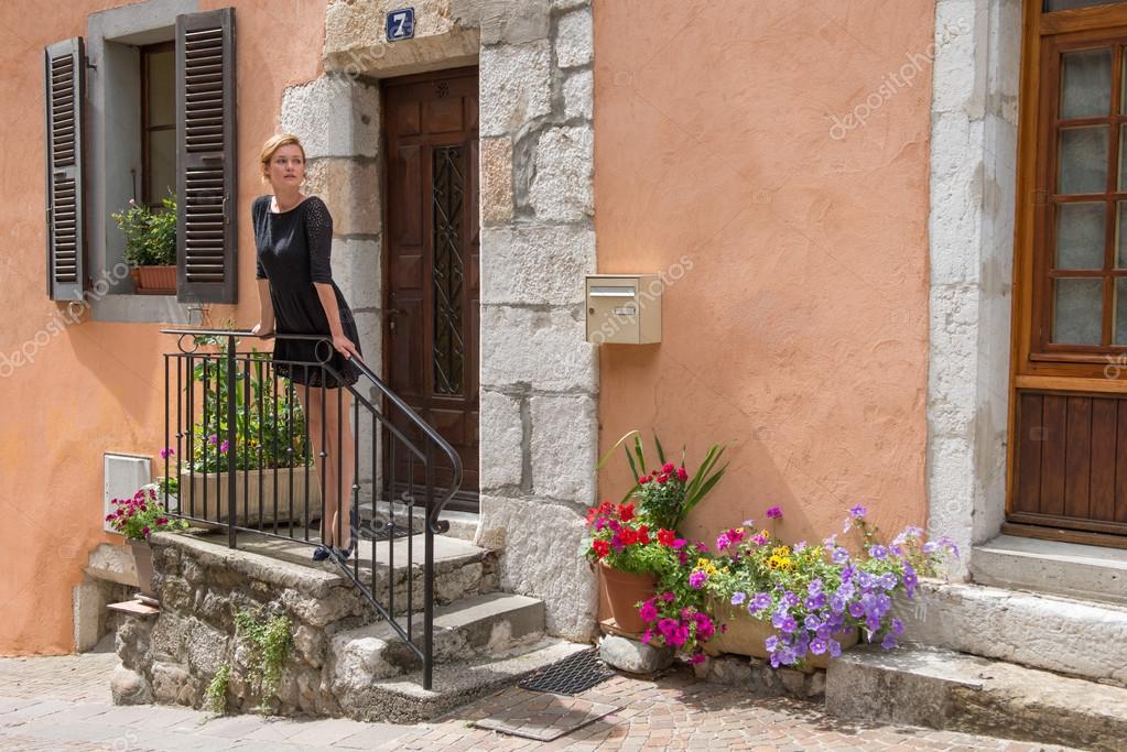 Elegante Frau Steht Auf Der Veranda Des Hauses. Veranda Mit Bunten Blumen  Verziert U2014 Foto Von PolinaParm