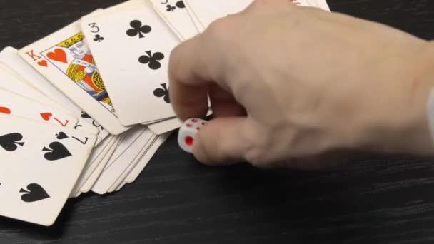bílé kostky, na černém hracím stole s kartami hrát