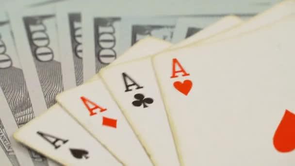 Na hracím stole jsou čtyři esa a sto dolarů..