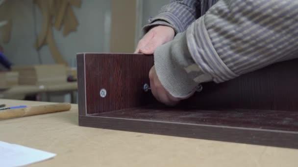 Detailní záběr mistra v dílně nábytku, montáž dřevěných dlaždic.
