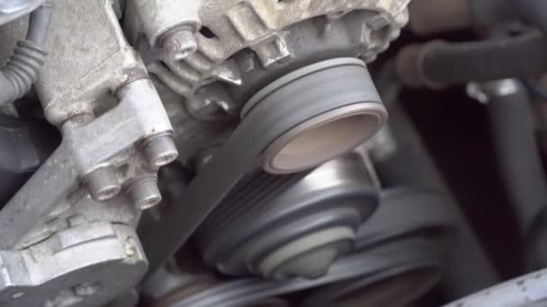 Motor auta běží. Detailní záběr otáčení motoru.