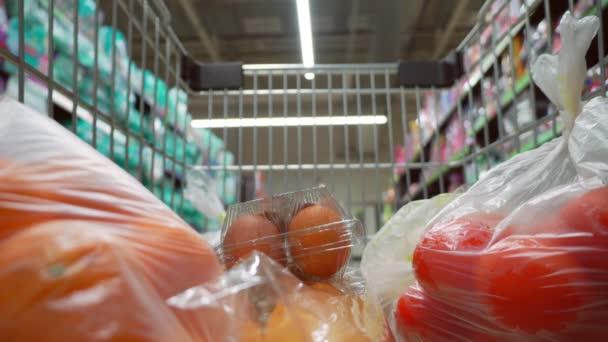 Kamera v nákupních vozících v supermarketu. Pohyb v obchodě.