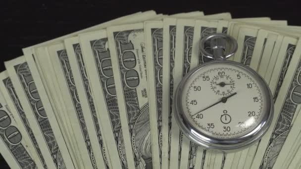 Dolary a stopky. Obchodní koncept ztraceného času a neúspěšných investic