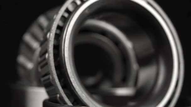 cyklické bezešvé video s ložisky otáčení na otočném stole na černém pozadí.