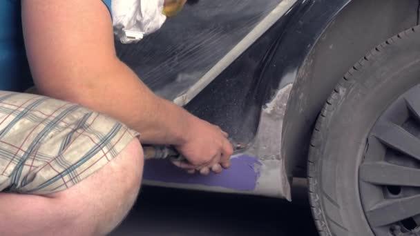 Meister repariert die Schwellen und reinigt sie mit einem speziellen Schleifer oder Schleifer.