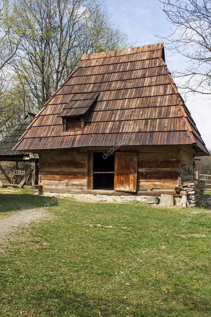 622da468670dbe Mały drewniany domek dla zwierząt — Zdjęcie stockowe © yaslex #97947842