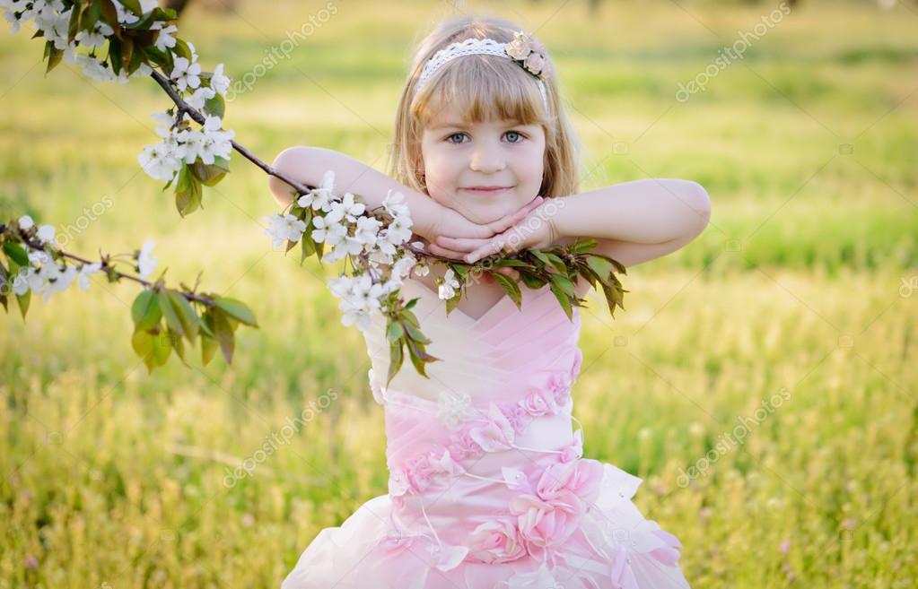 8579601c9430 Δύο μικρά χαριτωμένα κορίτσια αδελφές σε ροζ φορέματα — Φωτογραφία ...