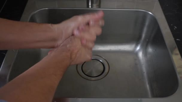 Mehrmaliges Händewaschen ist von grundlegender Bedeutung, um die Bakterien und Viren auf unserem Körper zu besiegen und Coronavirus Covid 19 Pandemie zu vermeiden