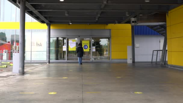 Európa, Olaszország, Milánó 2020 október - nagy bevásárlóközpontok és bárok, kocsmák és éttermek bezárása este 11 órakor, a covid-19 Coronavirus világjárvány idején - az Ikea bezárt vásárlás nélkül