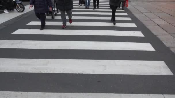 Evropa, Itálie, Milán Leden 2021 - bílý přechod pro pěší na černém pozadí - průjezd chodců přes ulici a znečištění silničních vozidel
